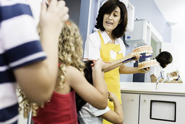 Agora, é hora de aprender a escovar cada cantinho! A odontopediatra ensina no bocão…