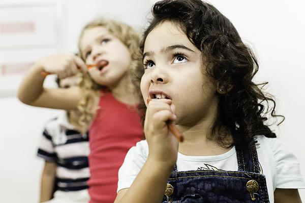…e as crianças repetem com atenção